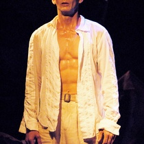 "Photograph of Déxter Cápiro in the production, ""Lorca con un vestido verde"""
