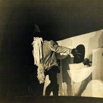 "Photograph of the giant, in ""Pedrito y las semillas mágicas"""