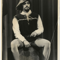 "Manuel Acosta (Capitán Beaudricourt), in ""La alondra"""