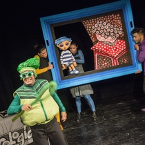 Photographs of the theatrical production, Retratos de un niño llamado Pablo