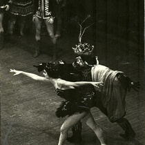 "Alicia Alonso (Odile) and unknown in, ""El lago de los cisnes"""