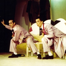 "Photograph of Déxter Cápiro in the production, ""La boda"""